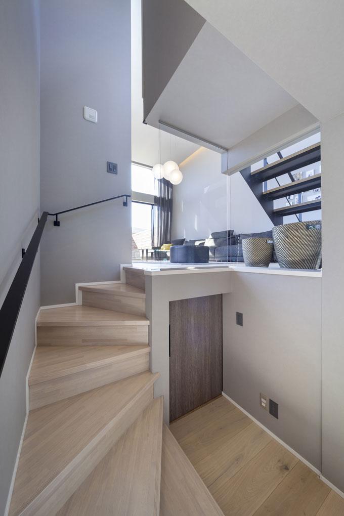 スキップ階段の空間を生かした収納