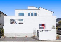 渡り廊下が空間を広げる明るい白亜の家|注文住宅の実例