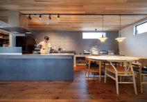 キッチン横には食事等ができるセカンドリビングを設置