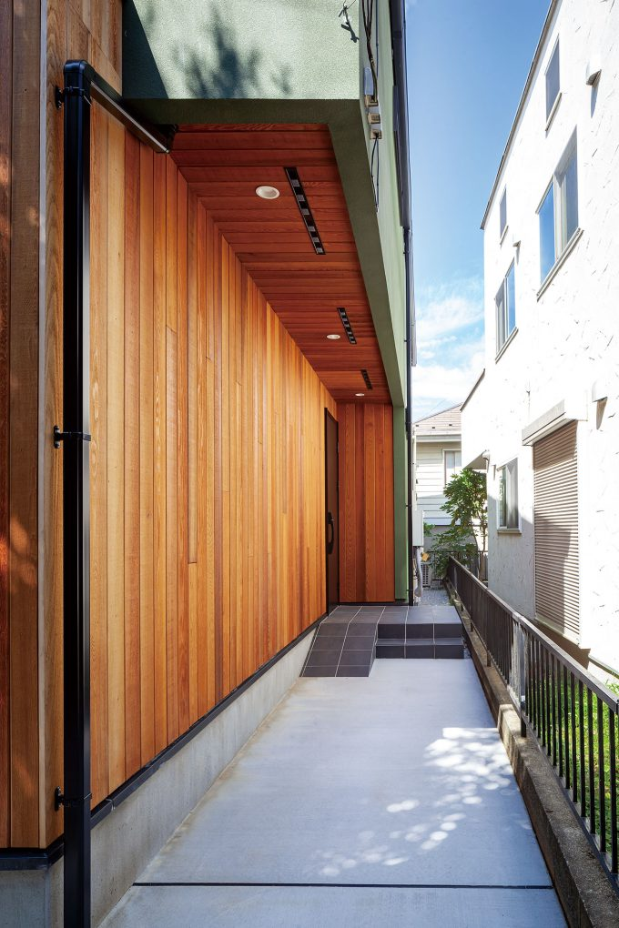 木材を使用したナチュラルエントランスは家のあたたかみを醸し出す