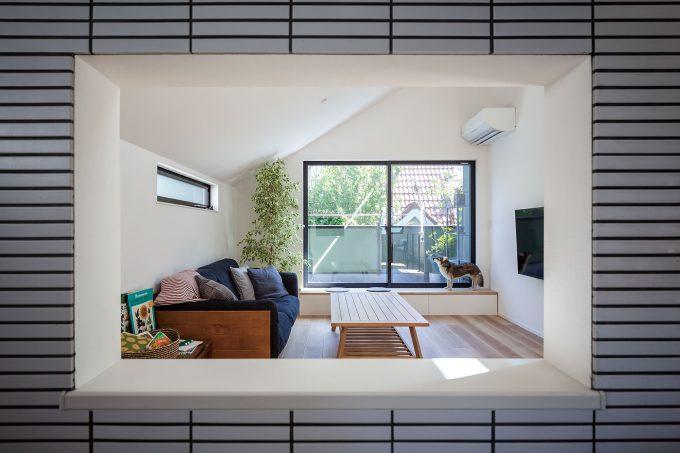 のぞき窓からはリビング、キッチンの様子をそれぞれに確認する事ができる
