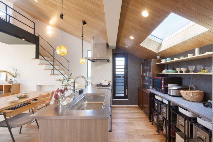 収納、調理、配膳まで考え機能性のあるキッチン