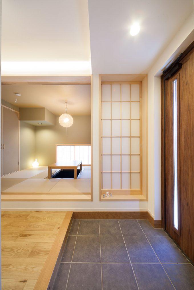 玄関横の和室は両親の為に設けた落ち着いた雰囲気を醸し出す
