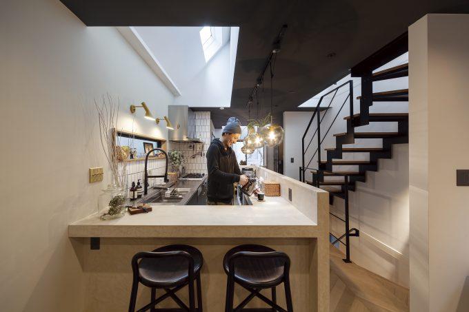 カウンターも利用するカフェのようなキッチン
