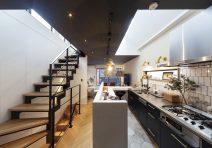 キッチンを中心にリビングとダイニングが独立する家|注文住宅の実例