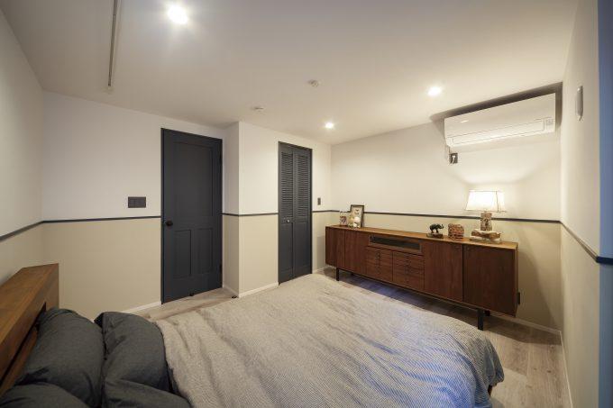 上下で色を分ける事で落ち着いた雰囲気を出す寝室