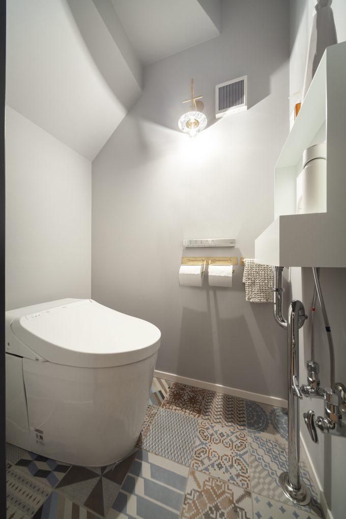 こだわりのタイルがはえるシックなトイレ