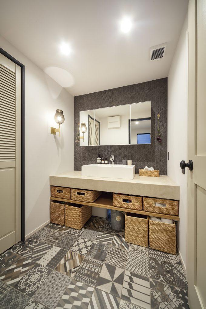 リゾートのようなモダンな雰囲気を出す洗面スペース