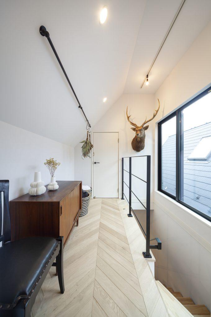 ちょっとした憩いのスペースとしても利用できる日当たりの良い廊下部分