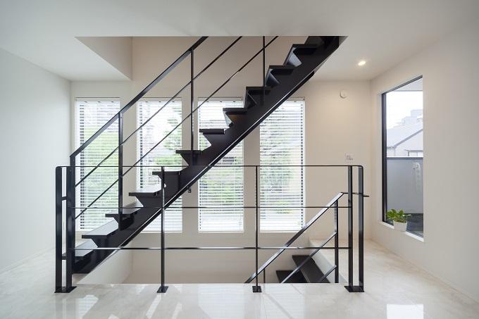 家の主役とも言えるスケルトン階段はシックでモダンな印象を空間に与える