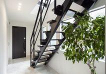 アイアンの階段が家の最初の印象になるように