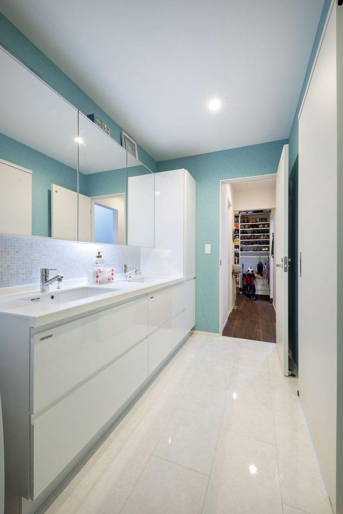 玄関から洗面所への導線はキッチンにも繋がる(洗面所)