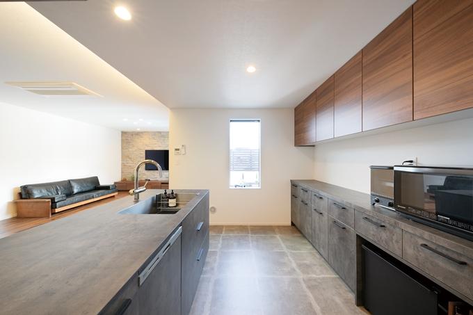 天井を一段下げる事でバースペースの様な雰囲気を創ったキッチン